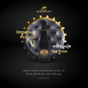 Czarna satynowa butelka piwa Imperium Prunum 2020 na tle oparcia tronu w kształcie kapsla